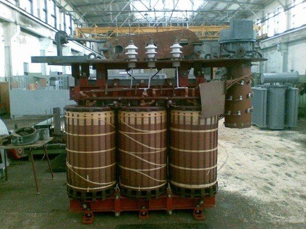 Силовой трансформатор на заводе